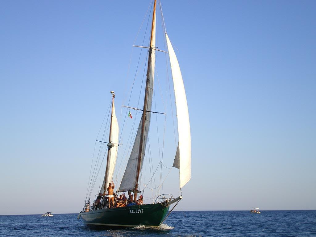 barca a vela di bolina nella rada di Castro