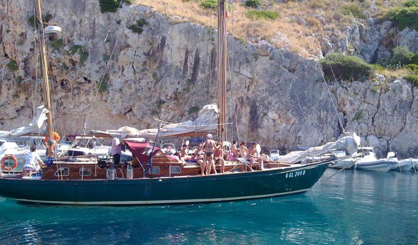 Escursione in barca a vela dal porto di Castro Marina