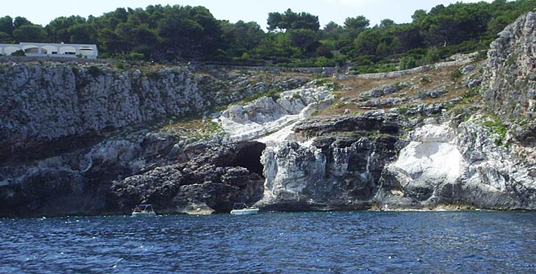 Visit by boat to the Romanelli cave