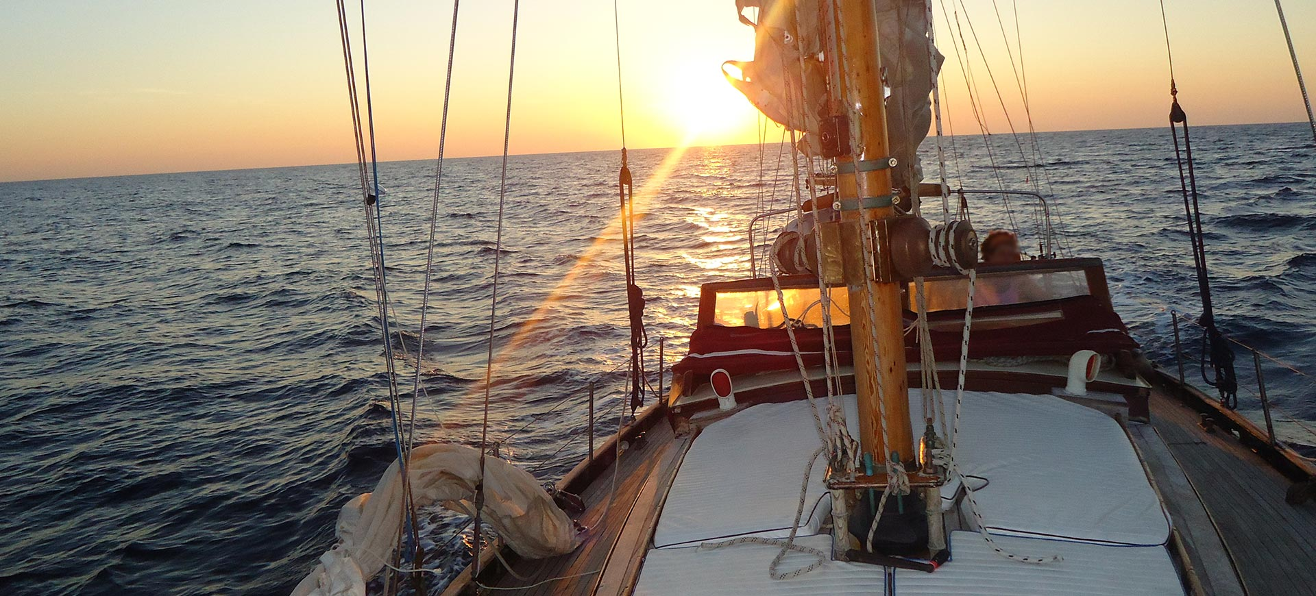 in navigazione al tramonto verso Corfù
